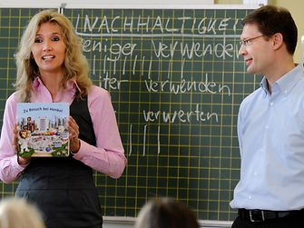 Uta Steffen-Holderbaum and Christoph Eibel from Henkel talking to children in the Konkordia elementary school