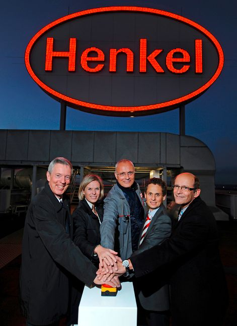 A symbolic press of a button and the logo lights up once again! Second from the left: Kathrin Menges, Henkel Executive Vice President Human Resources and Infrastructure Services.