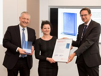 Prof. Dr. Thomas Müller-Kirschbaum (left) and Dr. Michael Dreja present the Laundry & Home Care Research Award 2016 to Dr. Kristin Ganske