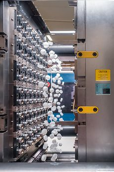 Ejection of screw caps for beverage bottles from a 96-mold tool