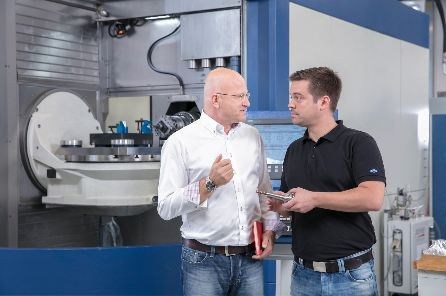 Andreas Rotenberger (MAPAL), Jürgen Schöllkopf (Lubricants Project Manager Henkel Adhesive Technologies) during a regular technical support visit.
