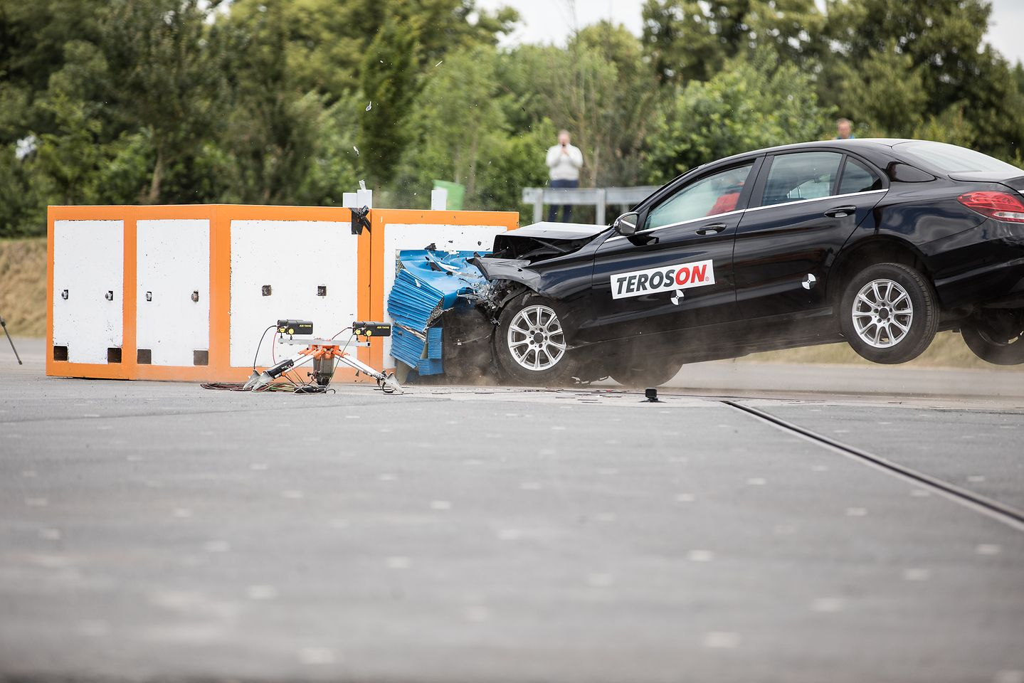 Extraordinary live crash test: Henkel demonstrated the power and efficiency of its car repair solutions just 30 minutes after bonding the windscreen.